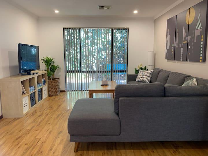 Cozy Urban Retreat, 2br AC, pet & family friendly