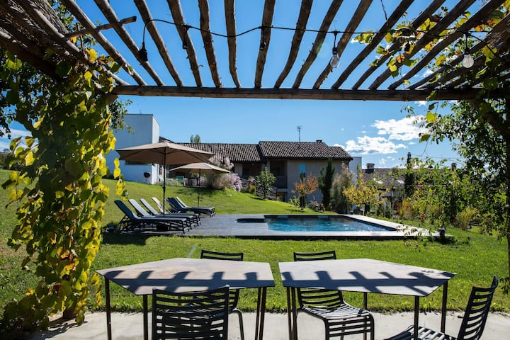 VILLA WITH 2 APTS AND POOL IN THE BAROLO REGION