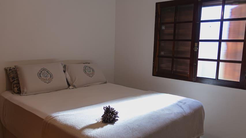 Quarto 3 - Quarto cama queen com vista pra mata. Ventilador de teto e armário grande. Janela com tela mosqueteira retrátil.