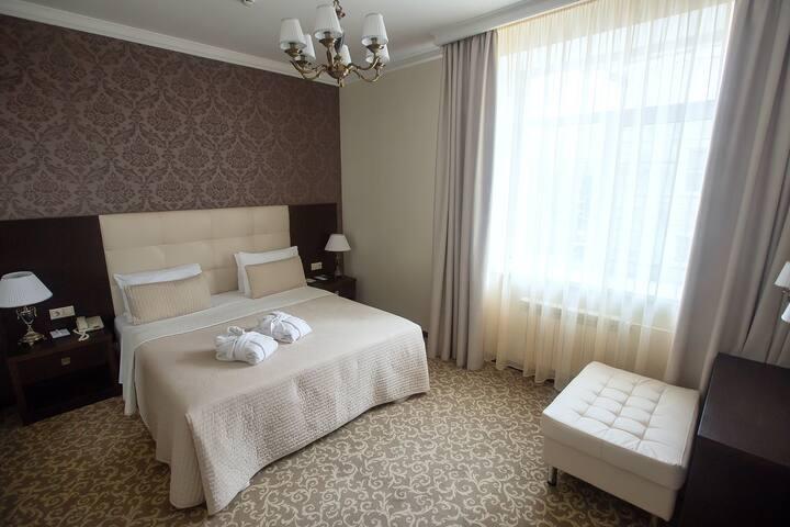 отель Бардин номер De Luxe (двухкомнатный люкс) с кроватью «KING SIZE»