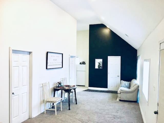 2 Bed Tiny House in Huntington! Private Getaway!