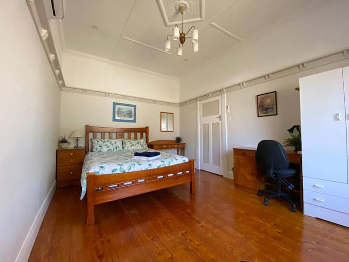 Queen size bed & close to Melbourne CBD