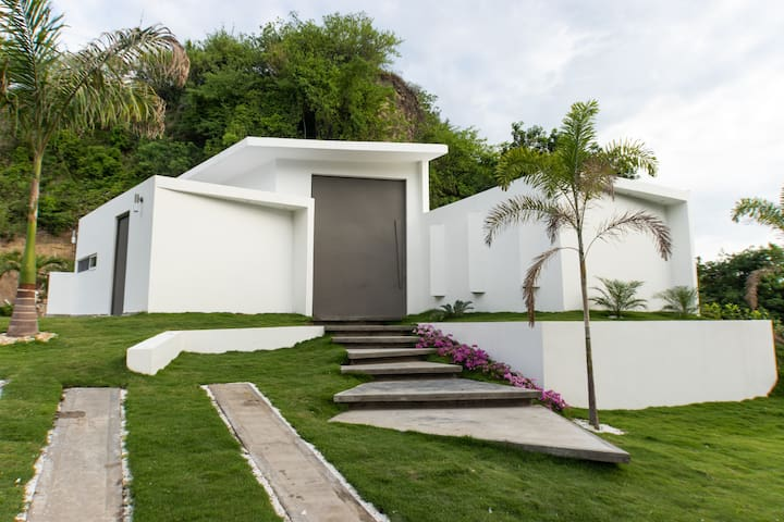 Casa moderna de descanso con piscina y jacuzzi