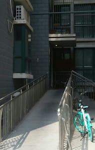 单元门入口处有坡道,可以推轮椅,旁边有楼梯