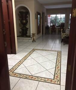 Pasillos bastante amplios por toda la casa de más de 80'cms