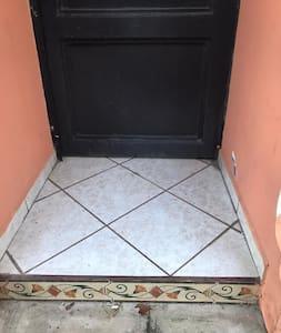 Puerta principal de la casa tiene más de 80 cms