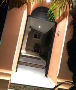 Entrada principal de la casa con suficiente iluminación