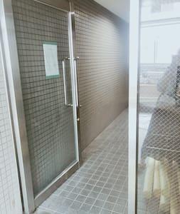 整个玻璃门可以全部打开,左侧右侧都可以