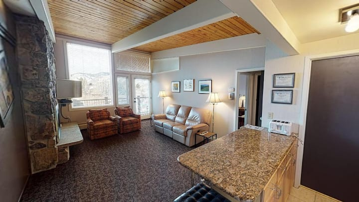 Classic One Bedroom Condo w/ Vail Mtn Views