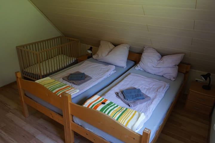 Schlafzimmer mit Babybett und Kleiderschrank,Blick Richtung Sarstein