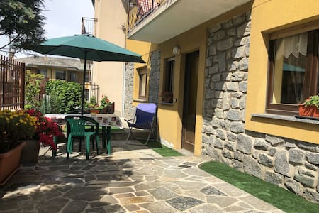 L 'ingresso a pian terreno da la possibilità di uscire sul portico per colazione e rigenerarsi in tranquillità.