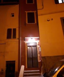Per entrare nell'abitazione occorre salire 5 gradini, come si vede nella foto.