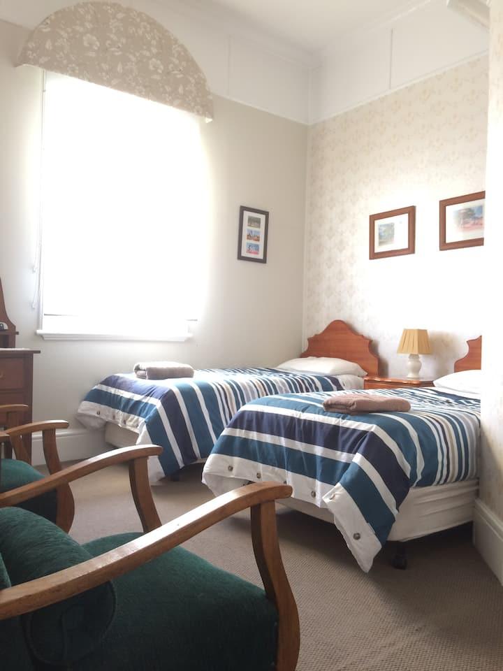 Twin room & ensuite @ Strahan Wilderness Lodge B&B
