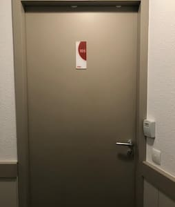 Porte d'entrée de l'appartement