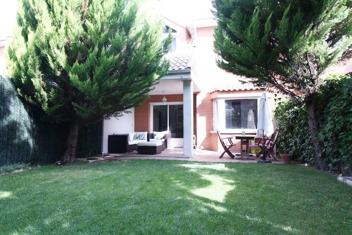 Chalet adosado con jardín. Wifi. (VUT-47211)