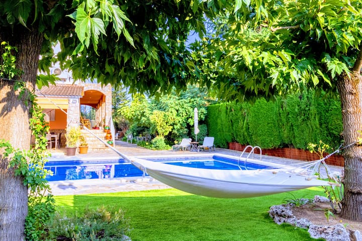 Calm Oasis Villa, pool, bbq, 30 km from Barcelona