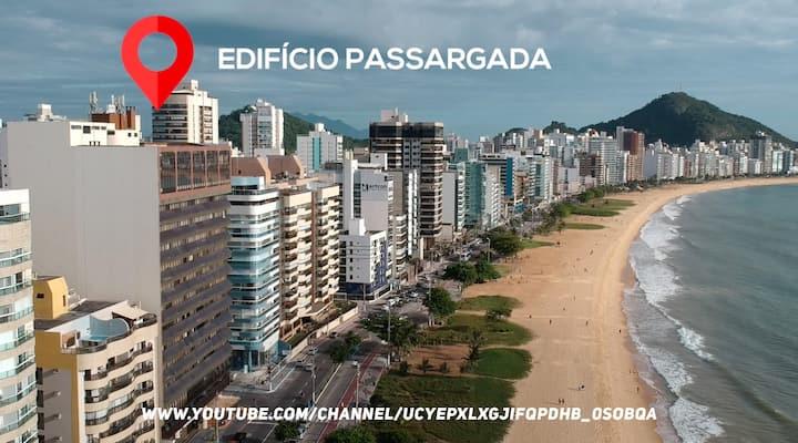 E só atravessar a rua para a linda Praia da Costa