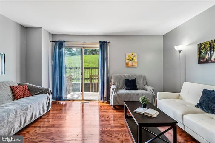 Updated 2 bedroom Townhouse near Town Center