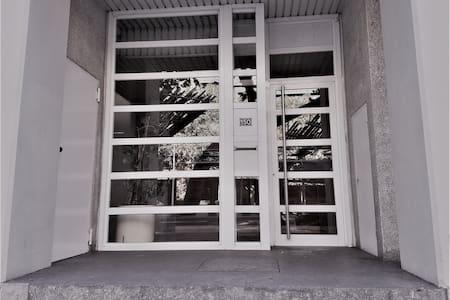 Escalon para acceder al edificio.  La vivienda dispone de ascensor comunitario para acceder a los apartamentos.