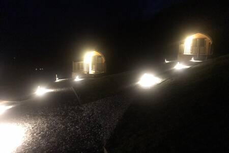 Добро осветлена патека до влезот