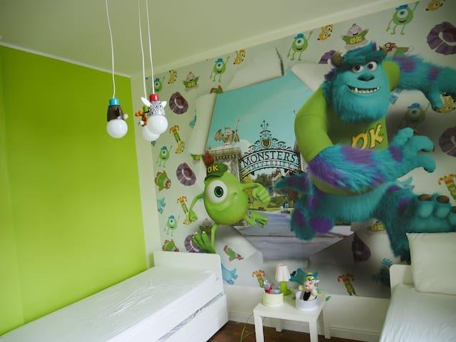 Chambre 3 au 1ier étage avec 2 lits de 200*90 cm + tiroir sous les 2 lits de 200*90cm. Un lit bébé parapluie est disponible également.