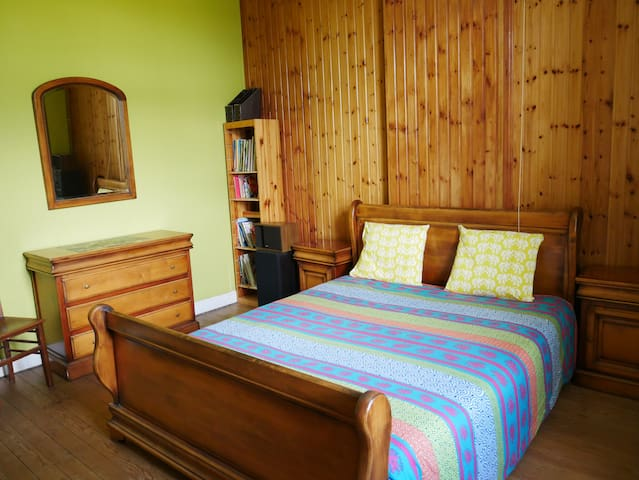 Chambre 1 . Dispose d'un lit double d'une dimension de 160 * 200 cm