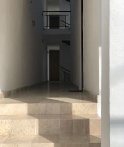 Hay cinco escalones en la entrada pero si accesas por el sótano de estacionamiento hay un elevador directo al acceso del departamento sin escalones