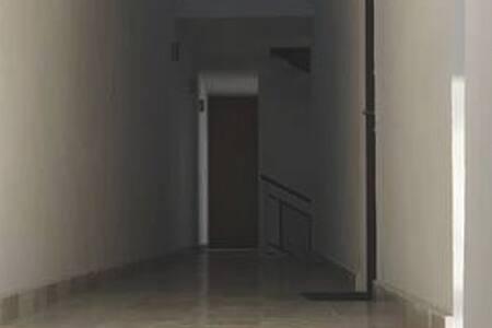 Pasillo de el elevador al acceso del departamento