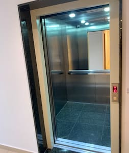 Ampla abertura da porta do elevador. Sem degraus