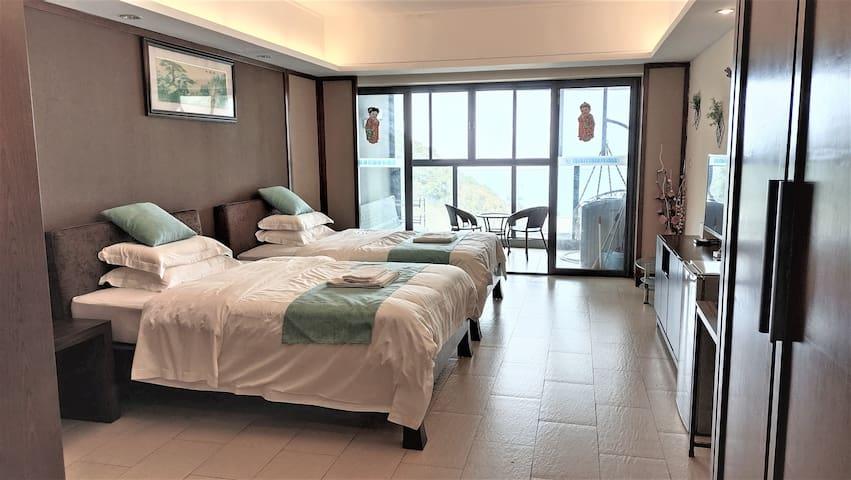 房间宽敞(五十六平),躺在床上都可以看海