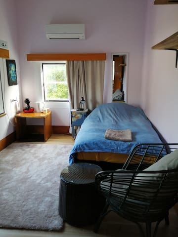 Cosy Single Room with A/C (min 2 days)