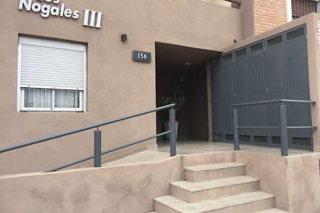 El ingreso al edificio se realiza a través de escaleras o rampas con pasamanos