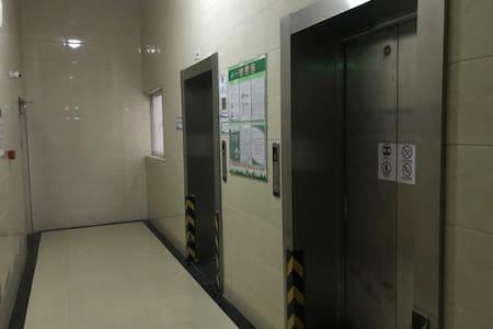 电梯间,门廊照明良好