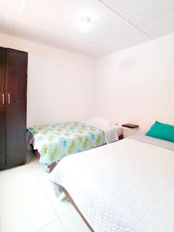 habitación de 2 camas individuales, camas de 1m x 1.90 m.