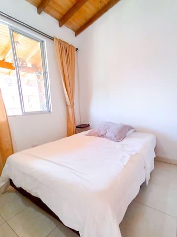Segunda Habitación  cama matrimonial 1.40m x 1.90m en el piso dos