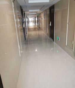 走廊平坦、宽敞、明亮