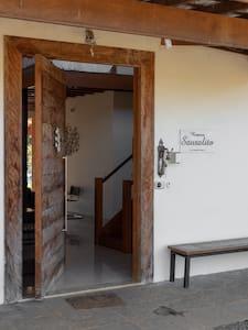 Foto do acesso principal ao interior da casa.
