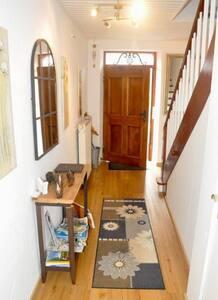 Eingang entweder durch den Hausflur oder direkt durch die Nebeneingangstür