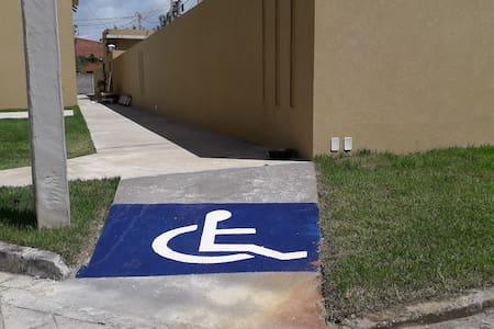 O condomínio tem rampa de acesso para deficientes.