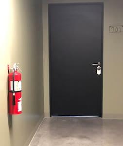 Todos los pasillos están iluminados durante todo el día. Se apagan cuando so hay personas y tienen sensores que los prenden inmediatamente.