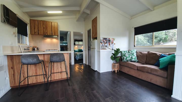 Woodford bungalow - family farm stay