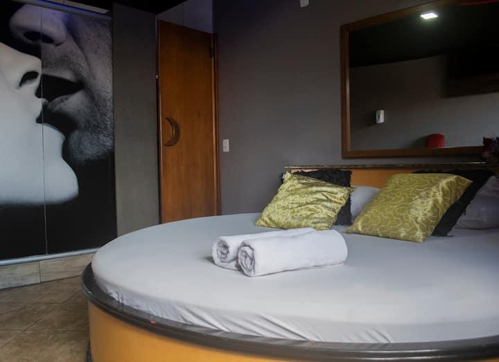 Lua Nova: cama redonda, wi-fi, Smart tv e amor!