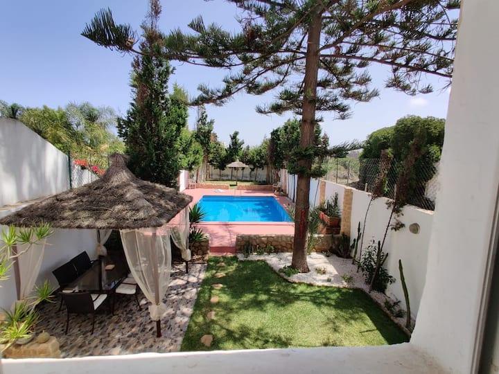 Etages de villa avec piscine privée en bord de mer