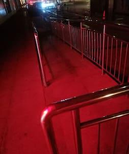 Camí il·luminat fins a la porta d'entrada
