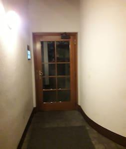 Tidak ada tangga atau undakan untuk memasuki tempat