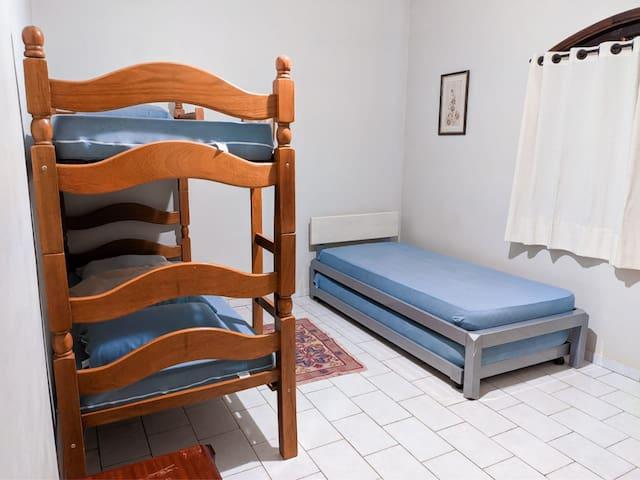 quarto 03 - 01 cama casal, 01 beliche e 01 bi cama