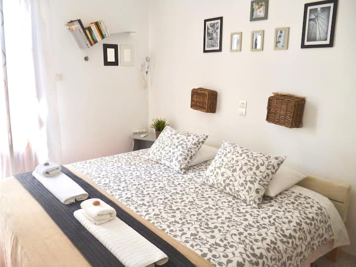 Cosy studio with balcony up to 2 guests in Parikiá