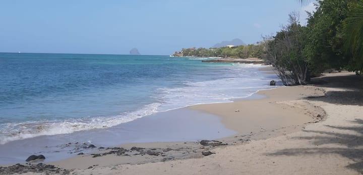 Spacieux T2, vue mer, à 200 mètres de la plage