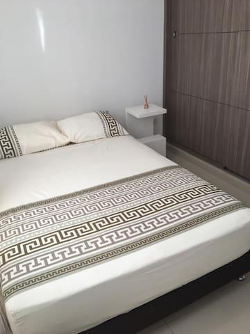 Habitación con cama semidoble