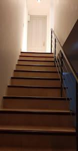 las escaleras don muy amplias aptas para el paso de una silla de ruedas y gran parte de ellas son un pasillo sin obstáculos.tamnien el dpto.es amplio como para circular